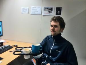 Collega Daan met de koffiehouder